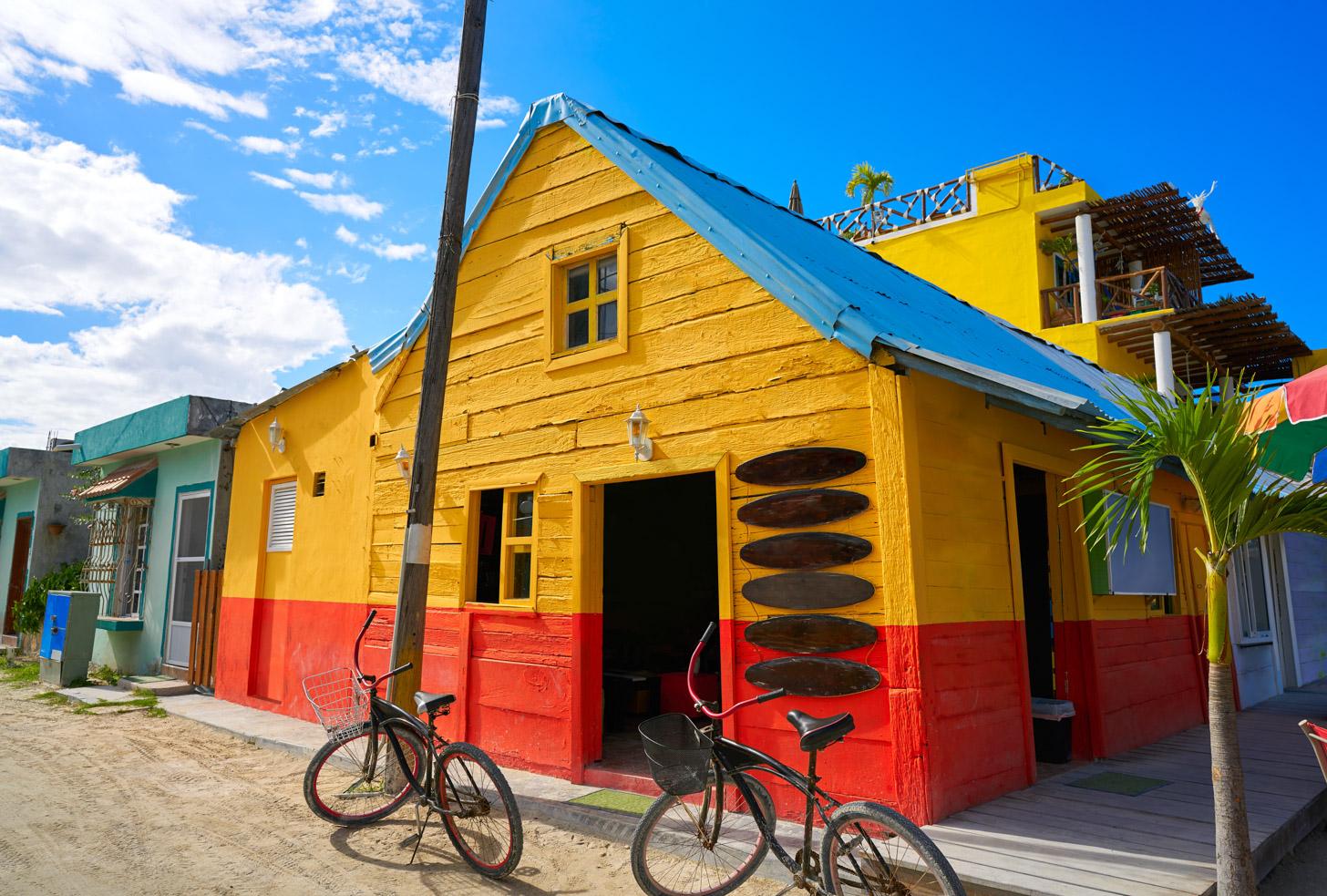 Kleurige huisjes op Isla Holbox