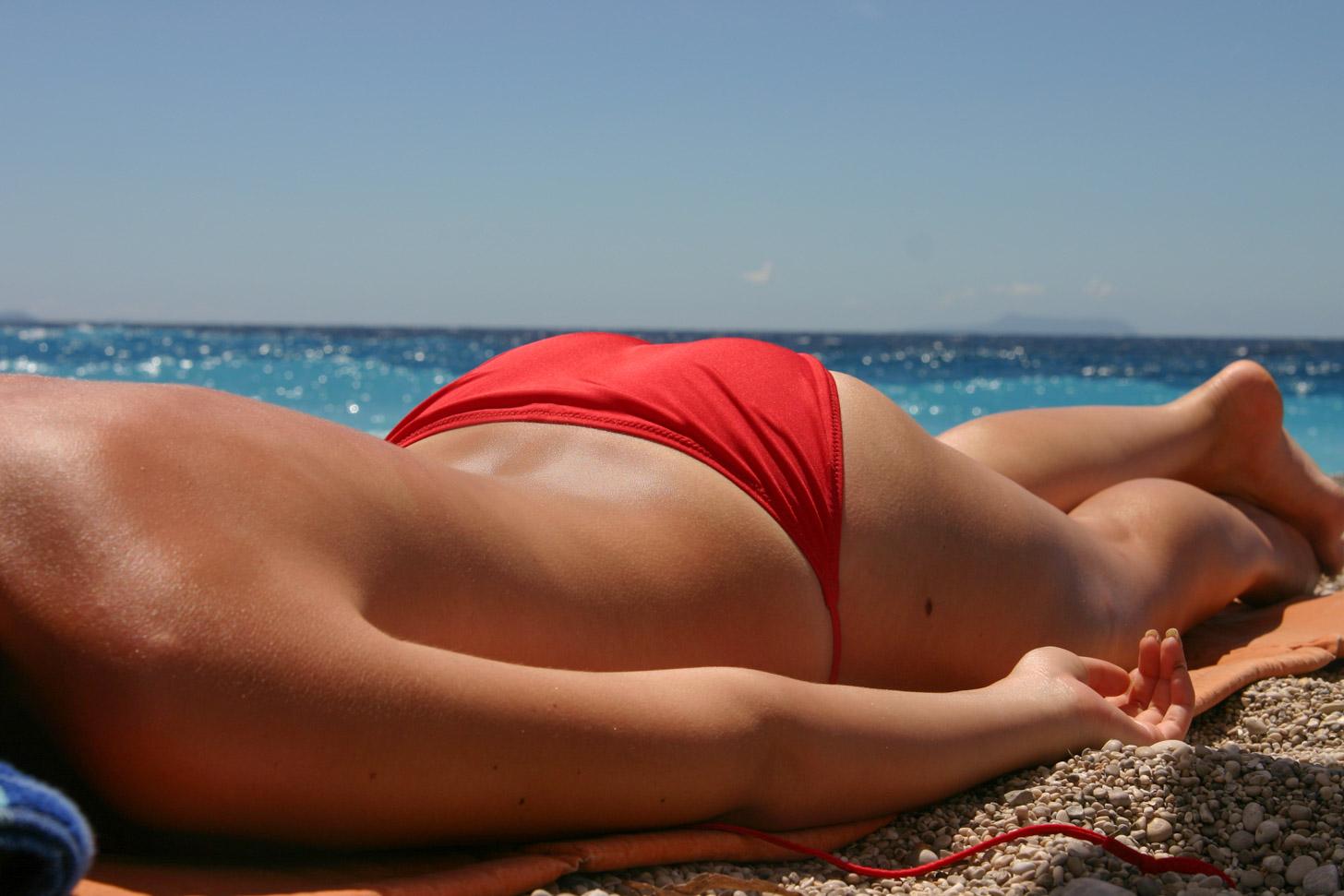 Vrouw op strand zonder topje