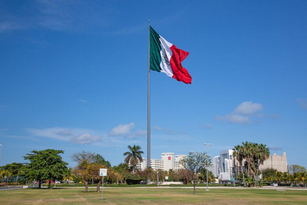 De enorme vlag die in Cancun tijdens feestdagen gehesen wordt.